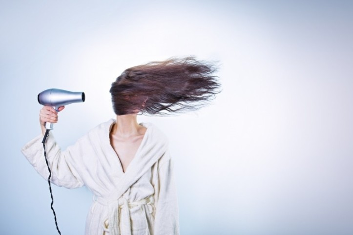 woman-drying-hair-foter